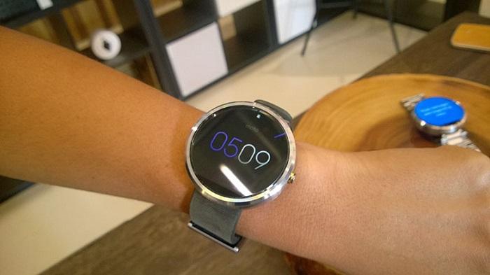 Moto_360_on_wrist